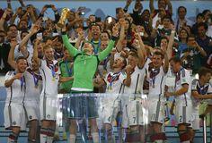 Manuel Neuer con el Trofeo de la Copa del Mundo en Brasil 2014.