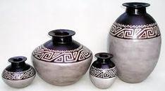 Resultado de imagen para jarrones pintados Pottery Painting, Pottery Vase, Ceramic Pottery, Glass Painting Designs, Paint Designs, Flower Pot Crafts, Flower Pots, Wine Bottle Art, Indian Folk Art