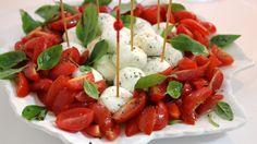 Vai receber em casa? Não sabe o que servir como aperitivo, até o jantar ficar pronto? Vai de SALADA CAPRESE, como aperitivo! Delícia fresca, muito simples de preparar! ;) http://www.montaencanta.com.br/saladas/salada-caprese-2/
