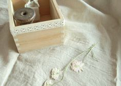 Encore mieux que le masking tape, encore plus addictif, j'ai nommé... le lace-tape ! Lace , comme dentelle. Et tape , comme scotch. ... Scotch, Lace Tape, Masking Tape, Spring Wedding, Tapas, Marie, Decorative Boxes, Pastel, Diy