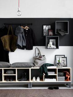 tapis d'entrée en marron foncé, meubles d'entrée gain de place, mur en blanc et noir, banc d'entrée