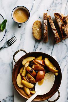 Fried apples on toast / Marta Greber