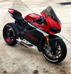 Ducati 1299 by Juampi*  This photography angle makes it look smaller than it seems. Bet I can't even mount it without struggling - @nureesha