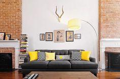 Deko Ideen Wohnzimmer gelb-weiß-schwarz Muster-Kissen