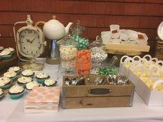 Reloj, tetera, hermosos detalles para una estación de dulces