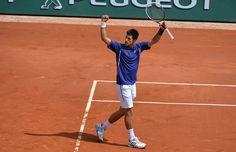 Novak Djokovic lève les bras au ciel. Il vient de valider son billet pour les quarts de finale en venant à bout de Philipp Kohlschreiber 4/6-6/3-6/4-6/4.
