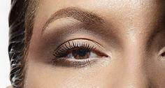 Na imagem: nos olhos, sombra marrom em pó esfumada em toda a pálpebra superior e no contorno inferior Foto: Marco Fertonani