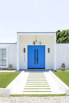 🌟Tante S!fr@ loves this📌🌟Book your next ladies' getaway at The Weekend House in Palm Springs // Salty Canary Palm Springs Häuser, Palm Springs Style, Palm Springs California, California City, Southern California, Modern Exterior Doors, Mid Century Exterior, Entrance Doors, Front Doors