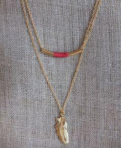 Collier chaine double, tube tissé rouge et sa plume plaqué or : Collier par charlotteguillard