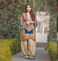 Simple Pakistani Dresses, Pakistani Fashion Casual, Pakistani Dress Design, Pakistani Outfits, Simple Dresses, Casual Dresses, Fashion Dresses, Elegant Dresses, Pakistani Couture