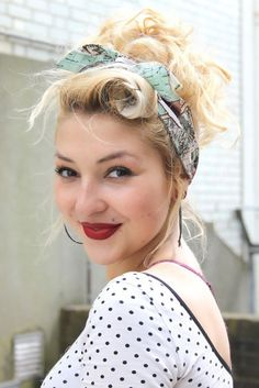 Coiffure pin up - cheveux courts longs Pin up hairstyle short and long hair 1950s Hairstyles, Chic Hairstyles, Scarf Hairstyles, Hairstyle Ideas, Bandana Hairstyles For Long Hair, Wedding Hairstyles, Homecoming Hairstyles, Medium Hairstyles, Party Hairstyles