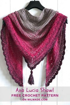 Crochet your own Ana Lucia Shawl * Free crochet pattern on Wilmade.com. Video tutorial available. Easy pattern, also doable for beginners! #triangle #shawl #crochet #pattern #tassels