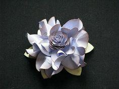 Tutorial. se hace retorciendo los pétalos con unas pinzas. la flor pequeña del centro es un troquel mas pequeño y no van retorcidas
