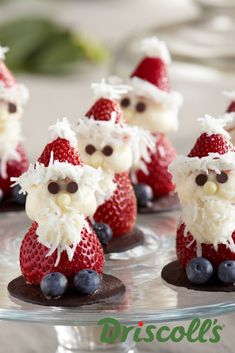 It doesn& get much sweeter than these adorable strawberry Santas made with . - It doesn& get much sweeter than these adorable strawberry Santas made with cream cheese frost - Christmas Deserts, Christmas Party Food, Xmas Food, Christmas Brunch, Christmas Appetizers, Christmas Cooking, Christmas Fruit Ideas, Creative Christmas Food, Christmas Foods