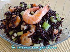 Questa insalata di riso venere con mazzancolle è uno dei tanti modi in cui si può preparare questo particolare riso integrale dal colore nero