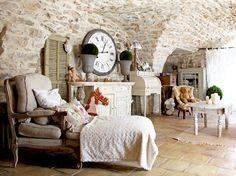 Chineuse dans l'âme, Josiane Hutchinson a rempli sa maison provençale de mille et uns objets délicats.
