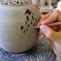 THIS SITE. Has different types of decorating/ techniques for each step of the drying process of pottery. Buen sitio para ver técnicas para alumnos y para ver cómo modelo organización de clases.