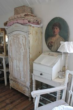 the Pollewop place: overview photos at home Shabby Chic Stil, Shabby Chic Cottage, Shabby Chic Homes, French Decor, French Country Decorating, Vintage Room, Vintage Decor, Joanna Gaines, Shabby Chic Furniture