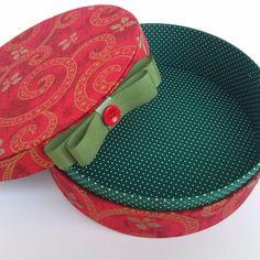 Então é Natal... ... #caixa #caixaforrada #caixaredonda #caixatecido #box #fabric #batizado #lembrancinhas #lembrancinhaspersonalizadas #presentesespeciais #presentescriativos #datasespeciais #casamento #gifts #natal