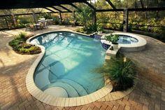 Pool im Garten in organischer Form und mit Whirlpool und Überdachung