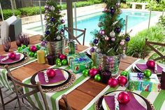 If you want to create a unique outdoor dining area in your yard or on your spacious deck, you may … Christmas Buffet Table, Christmas Table Settings, Christmas Table Decorations, Christmas Tablescapes, Interior House Paint Colors, House Paint Exterior, Exterior Design, Christmas Colour Schemes, Christmas Colors