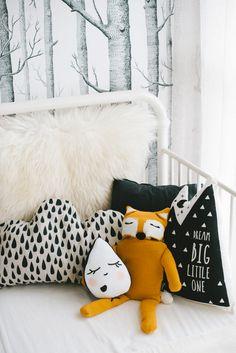 décoration de chambre d'enfant black and white et jaune moutarde, tissus graphiques, coussins nuage goutte renard