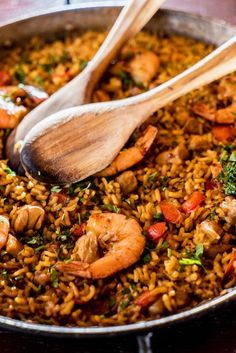 Paella is a traditional Spanish dish made with saffron rice and a mixture of meat and seafood. Seafood Recipes, Mexican Food Recipes, Cooking Recipes, Healthy Recipes, Ethnic Recipes, Easy Spanish Paella Recipe, Mexican Paella Recipe, Baked Paella Recipe, Gastronomia