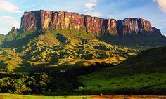 No extremo norte do Brasil está o Monte Roraima, uma grande montanha que faz a tríplice fronteira Brasil, Venezuela, Guiana. As formações rochosas dão a graça ao lugar, além de formar piscinas naturais de água muito gélidas.