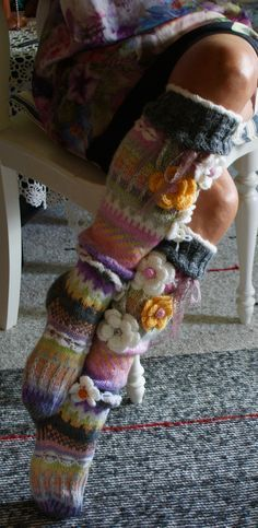 Knee High Socks knitted but maybe kinda possible somewhat similar or somethin' with crochet? Knitting Projects, Crochet Projects, Knitting Patterns, Crochet Slippers, Knit Crochet, Knee High Socks, Knitting Socks, Knit Socks, Crochet Flowers