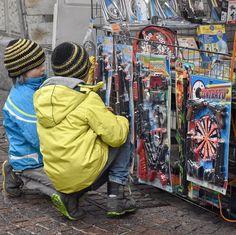 #aitbmeetupComo al mercato di #Como il sabato mattina. Giocare sotto la pioggia saltare le pozzanghere e meravigliarsi per i colori guardare il cielo cupo e sperare che presto torni il sole. Voglia di primavera e sentirsi nuovamente bambini.  #AITB