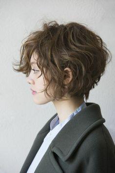 capelli corti acconciature, un taglio scalato, voluminoso con delle morbide onde color castano chiaro