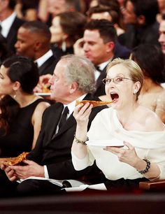 Meryl Streep eating pizza at the Oscars. Is this not the best thing ever. American Funny Videos, Funny Dog Videos, Humor Videos, Les Oscars, Oscars 2014, Grace Gummer, Nova Jersey, I Look To You, Justin Bieber Jokes