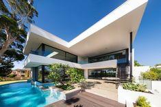 Le cabinet d'architecture Urbane Projects a réalisé cette villa de luxe pour une famille désirant une maison sur 3 niveaux avec un intérieur contemporain