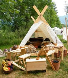 family tent with about 950 AD Vikings. Viking Tent, Viking Camp, Vikings Live, Norse Vikings, Larp, Zelt Camping, Viking House, Viking Reenactment, Cool Tents