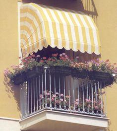 Capota con forma circular y acabada en cuadrado con rayas blancas y amarillas.