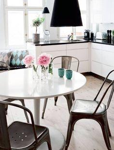 Dzięki utrzymaniu jednej kolorystyki w całym mieszkaniu, otwarta kuchnia nie jest tak widoczna.
