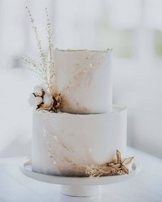 marble wedding cakes Romantic wedding cake with rose gold and floral details Elegant Wedding Cakes, Beautiful Wedding Cakes, Wedding Cake Designs, Beautiful Cakes, Cake Wedding, Elegant Cakes, White And Gold Wedding Cake, Wedding House, Small Wedding Cakes