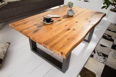 Luxusný konferenčný stolík z masívneho dreva.