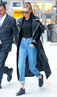 Boyfriend jeans can add just the right element of laid-back style to your look. Keep reading for five new outfits with boyfriend jeans that It girls love.