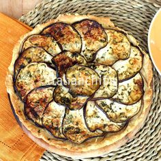 A Super Easy Eggplant Tart. A fantastic eggplant pie Ive just fell in love with 5 minutes to prepare it plus oven time. Baked Eggplant, Eggplant Recipes, Healthy Eating Recipes, Vegetarian Recipes, Cooking Recipes, My Favorite Food, Favorite Recipes, Quiches, Savory Tart