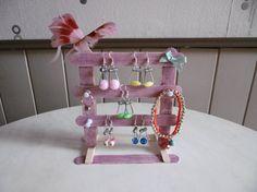 Un portique à bijoux avec des bâtonnets en bois