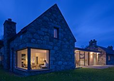 Architects Stuart Archer and Liz Marinko, have designed Torispardon, a home in the Central Highlands of Scotland, that was once a derelict cottage and steading (farm buildings). The architect's description The Client, who [. Old Cottage, Modern Cottage, Cottage Homes, Style At Home, Scottish Cottages, Piscina Interior, Toscana Italia, Glass Extension, Architect House