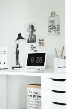 "Via Elisabeth Heier | Home Office | White | Fliqio Screensaver ""Beautiful black and white office (and love the mac, but i'm a Apple fanboy haha)"" Need more inspiration? Visit http://www.kantoorruimtevinden.nl"