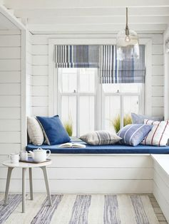 Idée et inspiration look d'été tendance 2017   Image   Description   There's a real coastal feel to this New England style room. Whites mixed with slubby linens, stripes, and a blue, white and grey palette give an updated sunny nautical feel to the room.