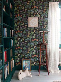Vårklockor Josef Frank - Love the green bookshelves accent