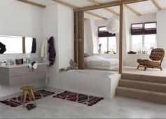 Une suite parentale tout en blanc pour faire entrer la luminosité. Le bois s'invite également pour apporter de la matière à la pièce. #chambre #bedroom #suiteparentale #baignoire #bathroom #bois #white #blanc #ideedeco #homedecor #homedesign #leroymerlin
