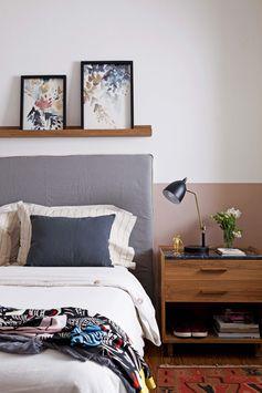 Una franja rosa despierta al dormitorio joven en un chalecito renovado de Hurlingham. El estante delgadísimo sirve para exponer obras de la dueña de casa.