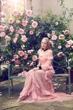 Alice Naylor-Leyland talks gardens, dresses and how to throw a party in anticipation of an exciting AERIN collaboration. Read more on the Estée Stories blog.