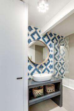 Une petite salle de bains ambiance ethnique.