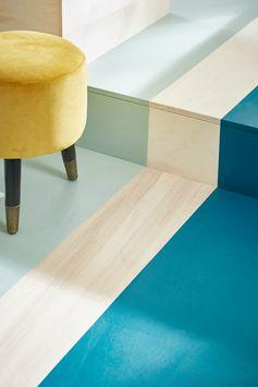 Du vert au sol ? En jouant sur le contraste du parquet, le vert d'eau et le vert bleu viennent définir les espaces tout en complétant la déco : parfait pour le salon !